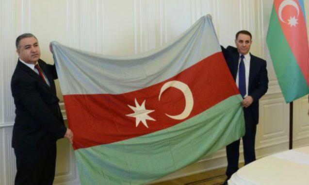 100 ilin bayrağı baş nazirə təqdim olundu