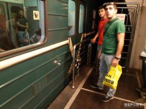 Bakı metrosunda maşinist qatarın qapılarını stansiyaya çatmamış açdı
