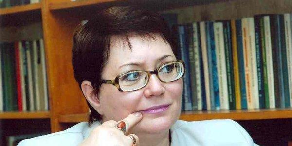 """Ramiz Mehdiyev Elmira Axundovaya """"Xalq yazıçısı"""" vəsiqəsi verdi"""